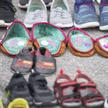 Dziecięce buty, ustawione jako symbol ofiar sieci dawnych szkół stacjonarnych, przed kościołem pw. ś