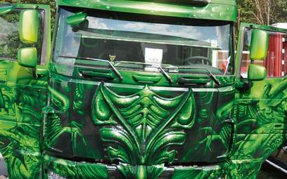 Firmy prześcigają się w pomysłach na efektowne ozdabianie swoich ciężarówek.