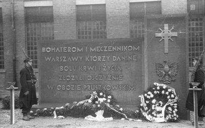 1947 rok, uroczystość odsłonięcia pomnika ku czci ofiar niemieckiego obozu przejściowego, do którego