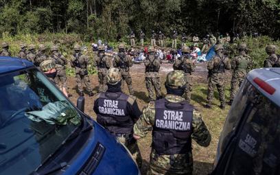 Koczowisko migrantów z Afganistanu otoczone przez funkcjonariuszy Straży Granicznej