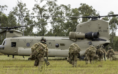 Ćwiczenia z udziałem śmigłowca Boeing CH-47F wojsk lądowych Australii. Fot./Siły Obronne Australii.
