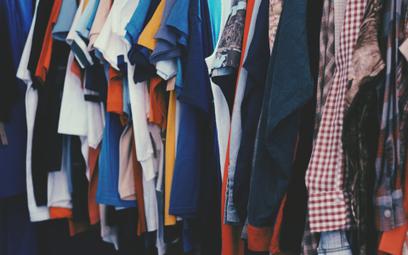 W magazynach marek odzieżowych leżą ubrania za 150 mld euro