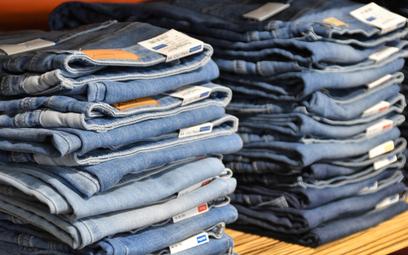 Dżinsy półce w sklepie. Fot: Waldemar Brandt