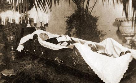 """Trumna z ciałem Gabriela Narutowicza wystawiona w Belwederze. Pogrzeb odbył się 19 grudnia 1922 r. """""""
