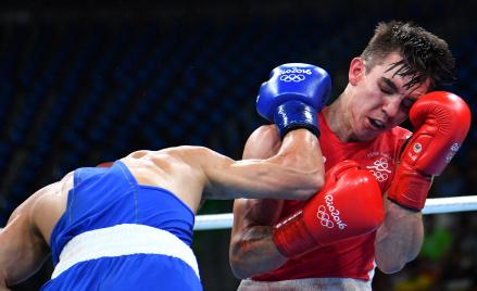 Przegrana Irlandczyka Michaela Conlana (z prawej) z Rosjaninem Władimirem Nikitinem była jednym w z