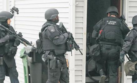 W piątek policja i jednostka szturmowa SWAT przeczesywały spokojną podmiejską dzielnicę Watertown, d