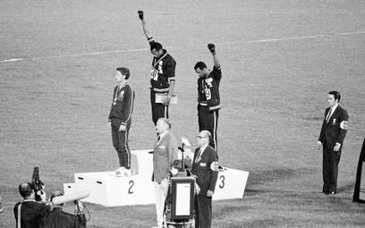 Meksyk, 16 października 1968, olimpijskie podium po biegu na 200 m. Od lewej: Peter Norman (Australi
