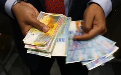 W przypadku banków posiadających duży portfel kredytów waloryzowanych do franka, przewalutowanie po