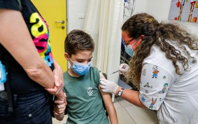 Chłopiec otrzymujący szczepionkę na COVID-19 firmy Pfizer w przychodni w Tel Awiwie