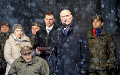 Minister Obrony Narodowej Antoni Macierewicz (C) przemawia podczas uroczystości przekazania żołnierz