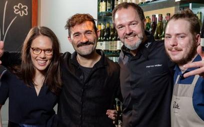 Pracownicy restauracji Rutz świętują wyróżnienie. Zdjęcie: Rutz