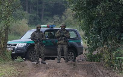 Straż graniczna i wojsko na polsko-białoruskiej granicy w pobliżu miejscowości Usnarz Górny.