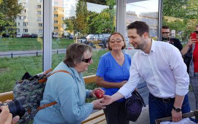 Kampania w Warszawie. Patryk Jaki obiecuje i rozdaje jabłka