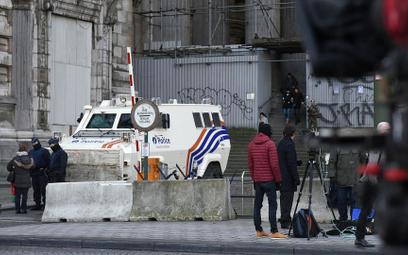 Uzbrojony pojazd przez Pałacem Sprawiedliwości w Brukseli