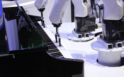 Robot grający na pianinie, którego ramiona są sterowane za pomocą technologii 5G