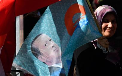 Zwoleniczka prezydenta Recepa Erdogana podBramą Brandenburską w Berlinie