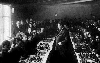 Rok 1931. Symultana szachowa Akiby Rubinsteina w kawiarni Dobskiego w Poznaniu