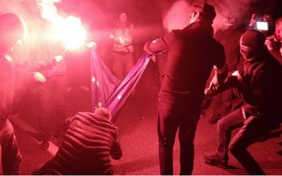 Młodzież Wszechpolska pali flagę UE