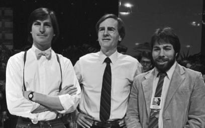 Od lewej: Steve Jobs, John Sculley i Steve Wozniak. Prezentacja komputera Macintosh, 1984 r.