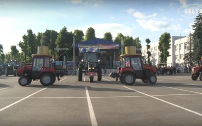 """Białoruś: Traktory zatańczyły """"Jezioro Łabędzie"""""""