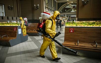 Dezynfekowanie dworca kolejowego w Moskwie