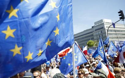 Lata sporów z Brukselą zrobiły swoje. Już tylko połowa Polaków ufa UE