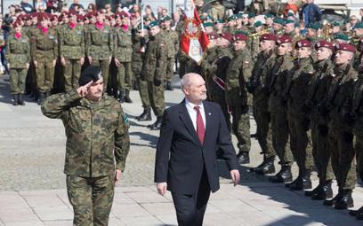 Minister Antoni Macierewicz i gen. Jarosław Mika, dowódca generalny Rodzajów Sił Zbrojnych, witają w