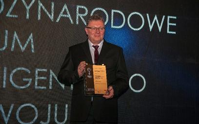 Krzysztof Kuryłowicz odbiera podczas gali PNIR statuetkę za dotychczasowe osiągnięcia