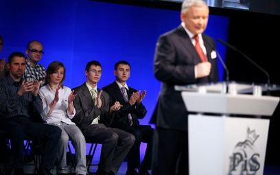 Prezes Jarosław Kaczyński i młodzi sympatycy PiS