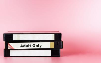 Wyrzucili kolekcję porno syna, muszą zapłacić zadośćuczynienie