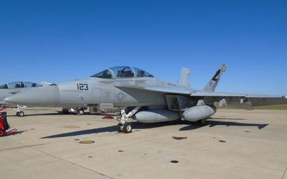 Samolot wielozadaniowy Boeing F/A-18F Super Hornet z podwieszonym zasobnikiem z optoelektronicznym s
