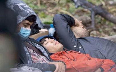 Koczujący na granicy polsko-białoruskiej. U człowieka, który jest zmęczony, wygłodzony czy chory, hi