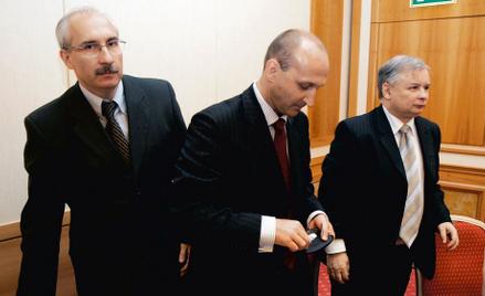 Cezary Mech (pierwszy z lewej) z Kazimierzem Marcinkiewiczem i Jarosławem Kaczyńskim podczas konfere