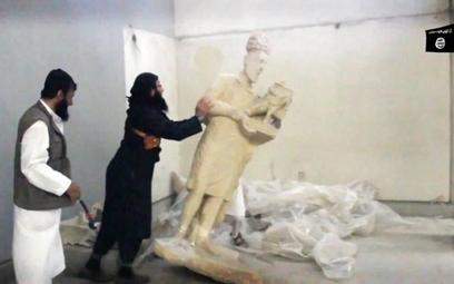 Dżihadyści niszczą zabytki w muzeum w Niniwie