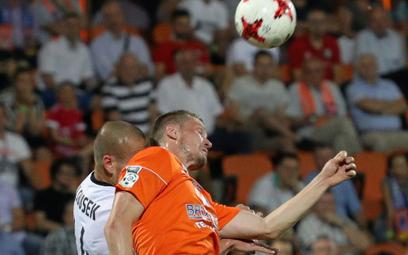 Bruk-Bet Termalica – Legia. O piłkę walczą zawodnik gospodarzy Artiom Putiwcew i Adam Hlousek z Legi