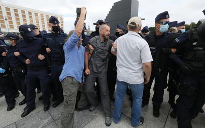 Incydent przed pomnikiem smoleńskim. Interweniowała policja