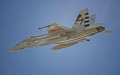 Super Hornet z podwieszoną pod skrzydłem makietą gabarytowo-masową pocisku kierowanego AGM-88G AARGM