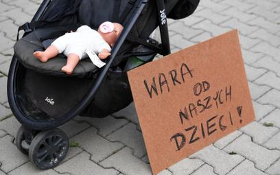 Manifestacja w trakcie konferencji ministra zdrowia Adama Niedzielskiego przed Urzędem Gminy Jeżowe
