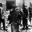 Wzięci do niewoli powstańcy z warszawskiego getta.