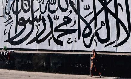 Kabul. Wielka flaga Islamskiego Emiratu Afganistanu, państwa talibów. Na białym tle czarnymi literam