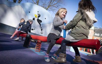 Dzieci na placu zabaw w Danii