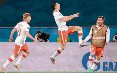Robert Lewandowski po zdobyciu gola. Z lewej Kamil Jóźwiak, z prawej Karol Linetty