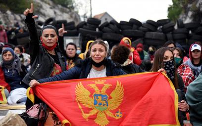 Na drodze do Cetynii antyserbscy manifestanci, a za nimi zapora z opon