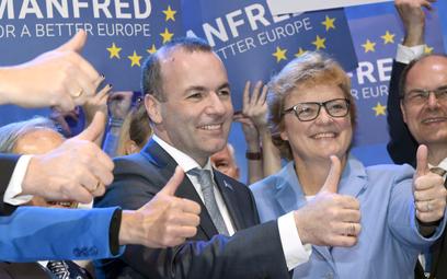 Manfred Weber cieszy się z wyniku głosowania w Helsinkach