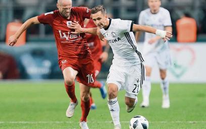 Legia – Wisła na Łazienkowskiej. O piłkę walczą Dominik Nagy (Legia – z prawej) i Vullnet Basha