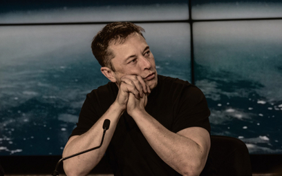 """Elon Musk: nie ma domu, """"mieszka"""" w samolotach. Dlaczego?"""