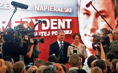 Grzegorz Napieralski (na zdjęciu z żoną podczas wieczoru wyborczego) ułożył listę pytań do obu kandy