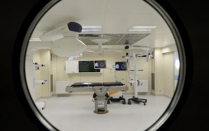 W sali operacyjnej znajduje się aparatura do rezonansu magnetycznego