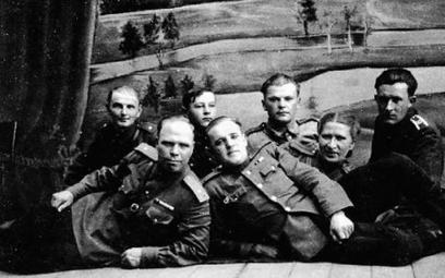 Pracownicy Powiatowego Urzędu Bezpieczeństwa Publicznego w Augustowie oraz ich sowieccy doradcy, któ