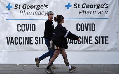 Para przed punktem szczepień na COVID-19 w Londynie